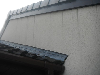 Black streaks on k-rend . image of Specialist Cleaning of K-rend Render Chester Cheshire. www.cleaning-service.uk.com